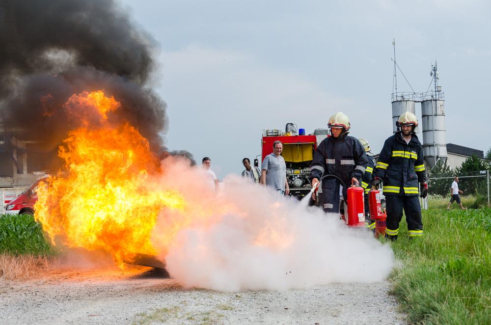 Feuerlöscheraktion mit Flüchtlingen