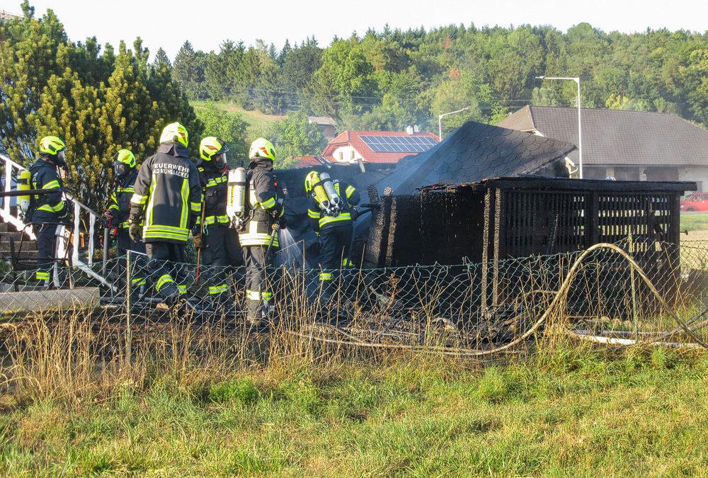 Gartenhütte in Brand