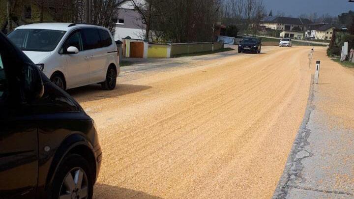 LKW verlor tonnenweise Mais
